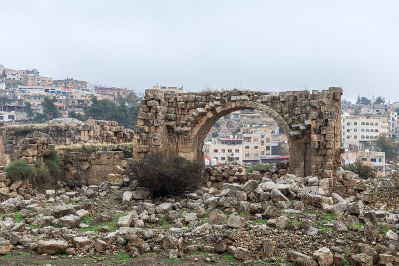 Blijft van de het Westenbaden in ruïnes van de grote die Roman stad van Jerash - Gerasa, door een aardbeving in ADVERTENTIE 749 w royalty-vrije stock foto's