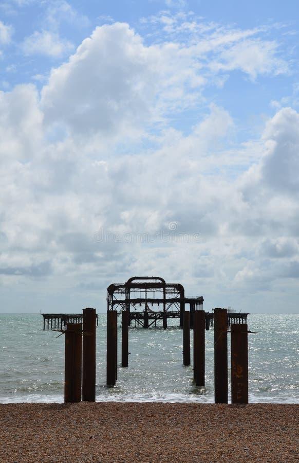 Blijft van de het Westenpijler in Brighton stock afbeeldingen