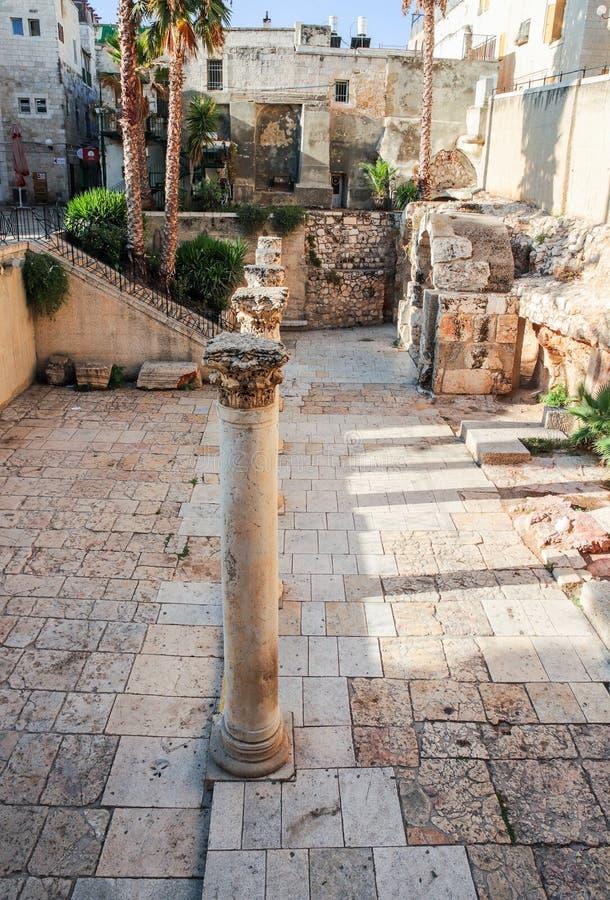Blijft van de Westelijke Cardo-straat vroege ochtend in de Oude Stad van Jeruzalem stock foto's