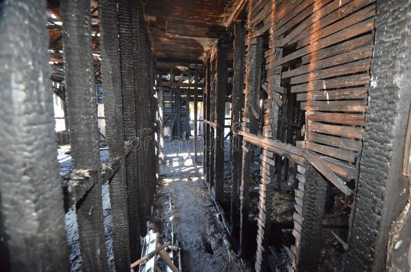 Blijft van een muur na een catastrofale huisbrand ? stock fotografie