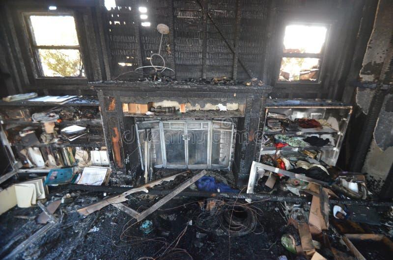 Blijft van een muur na een catastrofale huisbrand ? royalty-vrije stock afbeelding