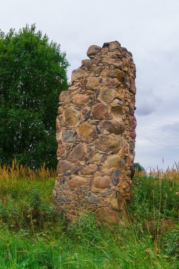 Blijft van een oud steen geruïneerd dorpshuis stock foto's