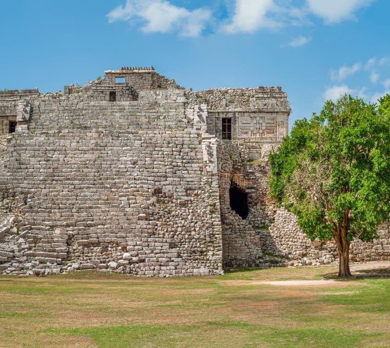 Blijft van een oude die Mayan Piramide, op het archeologische gebied van Chichen Itza wordt genomen royalty-vrije stock foto's