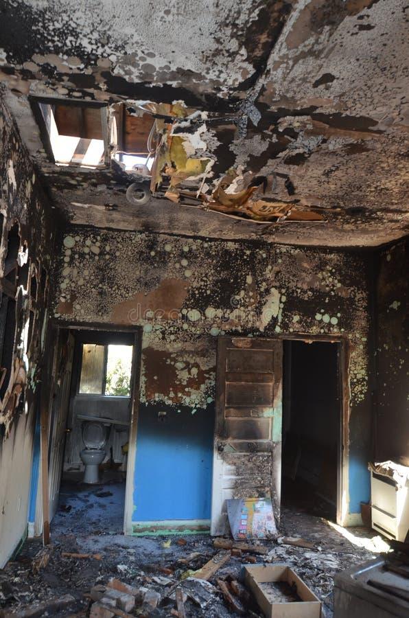 Blijft van een slaapkamerreeks na een catastrofale huisbrand ? stock foto's