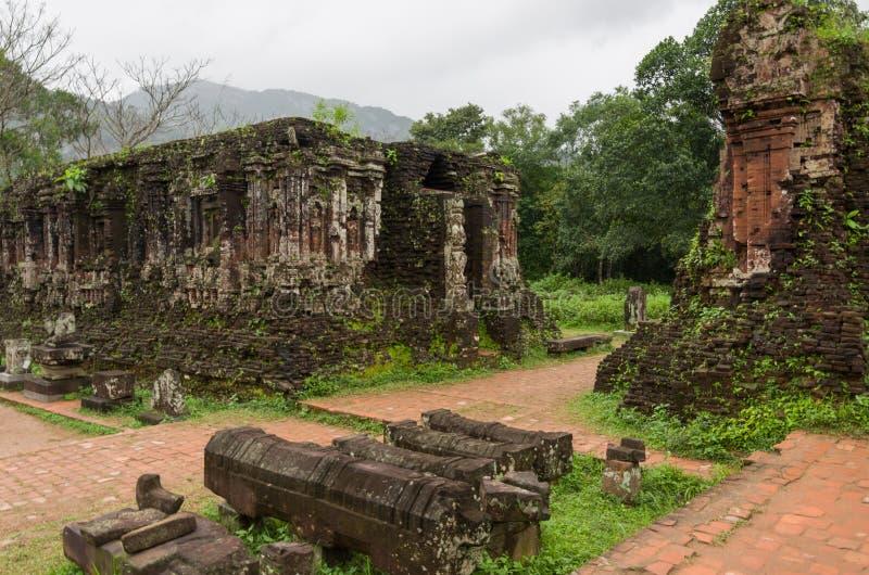 Blijft van Hindoese toren-tempels bij Mijn Zoonsheiligdom, een Unesco Wor royalty-vrije stock afbeelding
