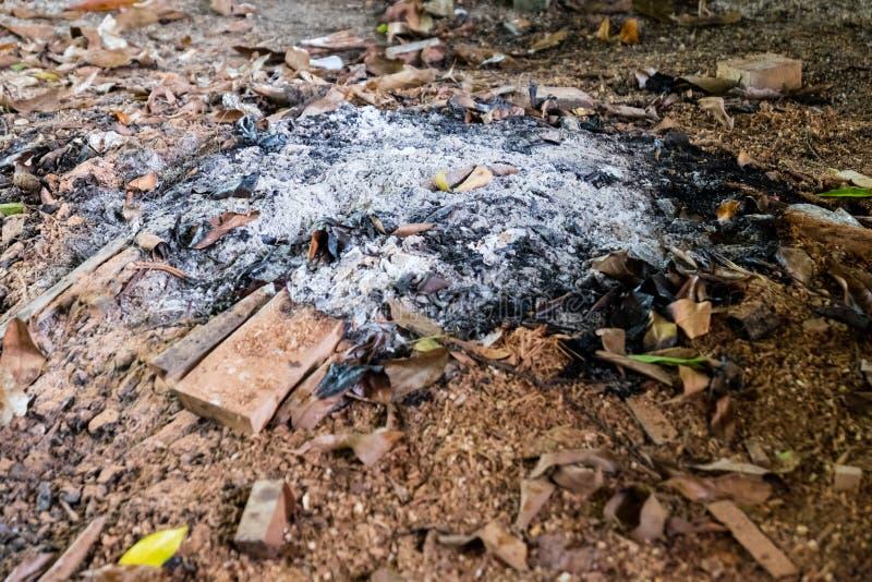 Blijft van houten steenkool en as na de verbranding van brandhout Gebrande houtskool en as van brand Steenkool en houten as stock fotografie