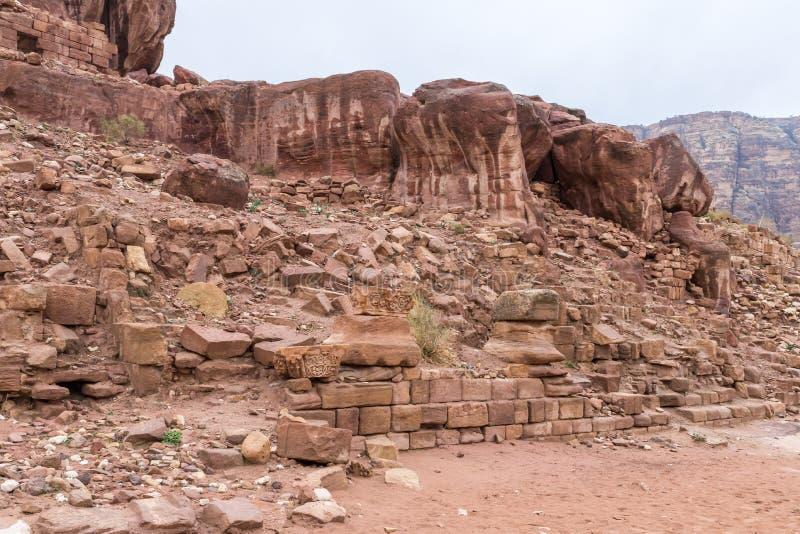 Blijft van metselwerk en fragmenten van kolommen die vanuit de tijd van Roman Empire in Petra blijven Dichtbij Wadi Musa-stad in  royalty-vrije stock afbeelding
