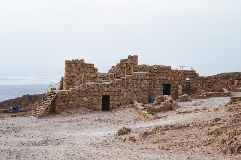 Blijft van oud roman vestingwerk die op het plateau op klip de Dode Overzeese kustarcheologie en het behoud overzien van royalty-vrije stock fotografie