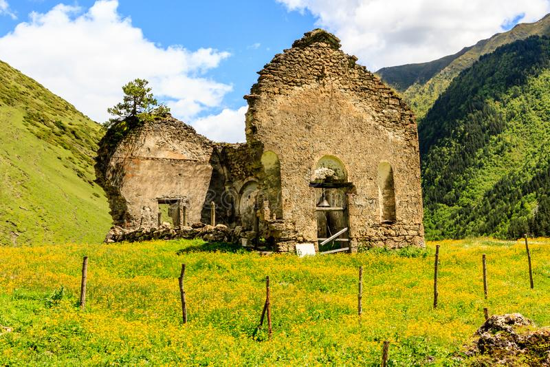 Blijft van oude geruïneerde Georgische kerk, Dartlo-dorp, Tusheti, Georgië royalty-vrije stock foto