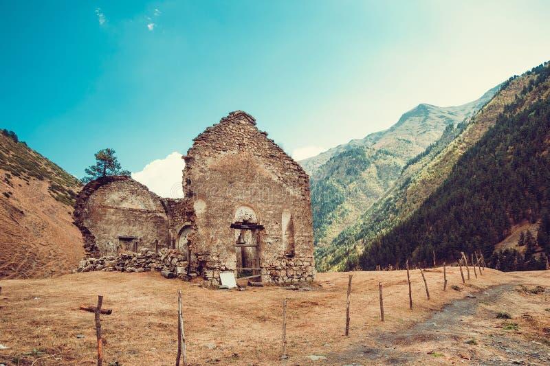 Blijft van oude geruïneerde kerk, Dartlo-dorp Avonturenvakantie in Tusheti Reis naar Georgië Zet landschap op Groene ecologiereis stock afbeelding