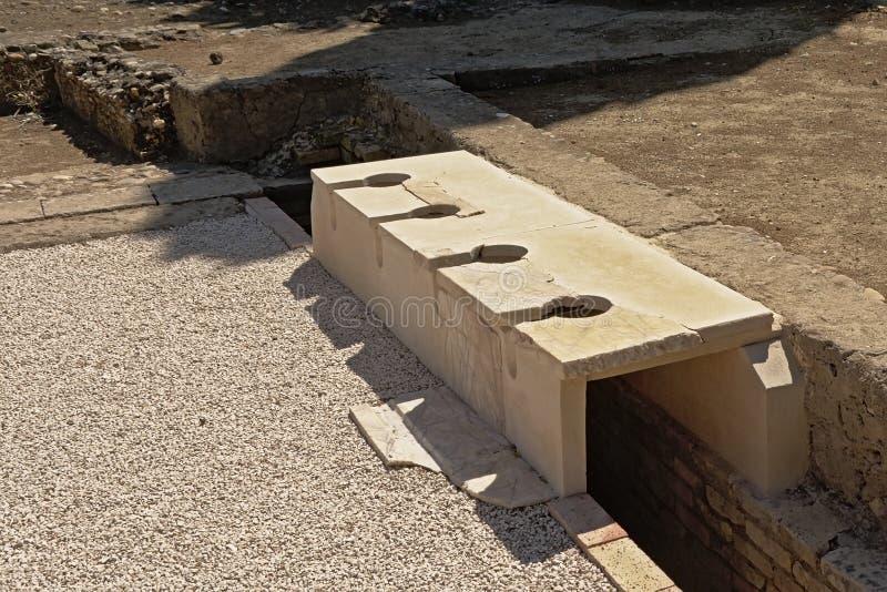 Blijft van Roman toiletten in de archeologische plaats van Italica, Sevilla stock foto