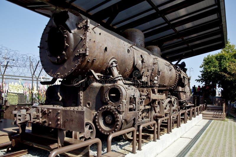 Blijft van stoomtrein tijdens de Koreaanse Oorlog wordt vernietigd die stock foto's