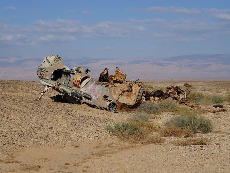 Blijft van verpletterd militair vliegtuig in woestijn royalty-vrije stock foto's