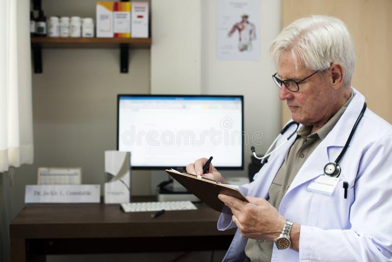 Blijven de zieke bejaarden bij het ziekenhuis stock fotografie