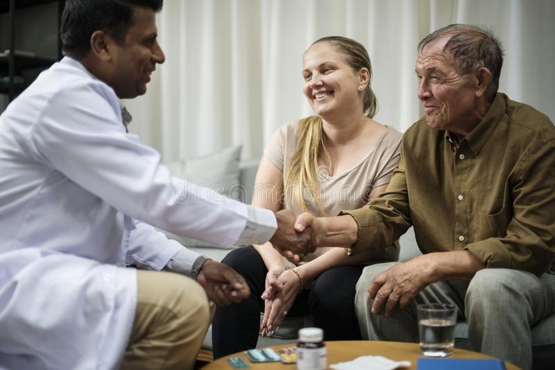 Blijven de zieke bejaarden bij het ziekenhuis royalty-vrije stock fotografie