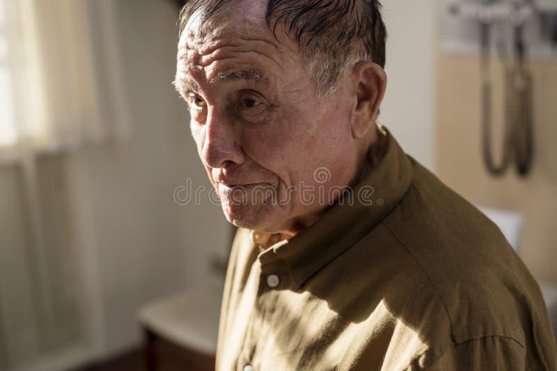 Blijven de zieke bejaarden bij het ziekenhuis stock afbeeldingen