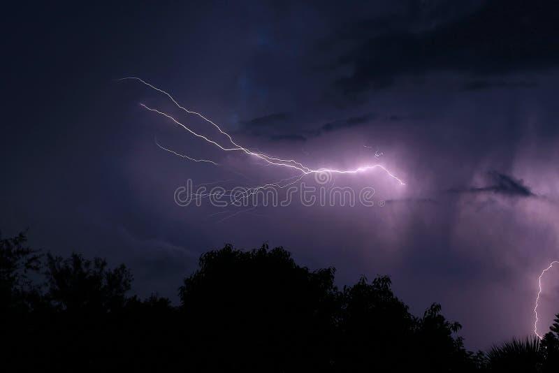 Bliksem bij nacht stock fotografie