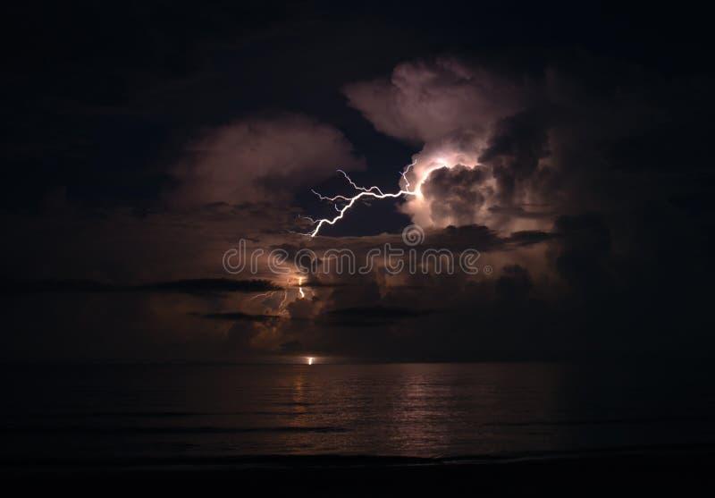 Bliksem bij nacht over de Atlantische Oceaan royalty-vrije stock afbeelding
