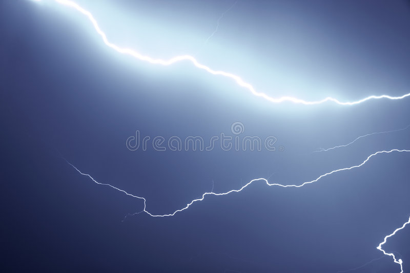 Bliksem in de nacht stock afbeelding