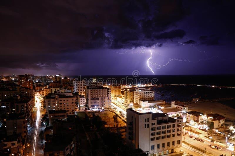 Bliksem in de Stad die van Gaza wordt gezien royalty-vrije stock foto