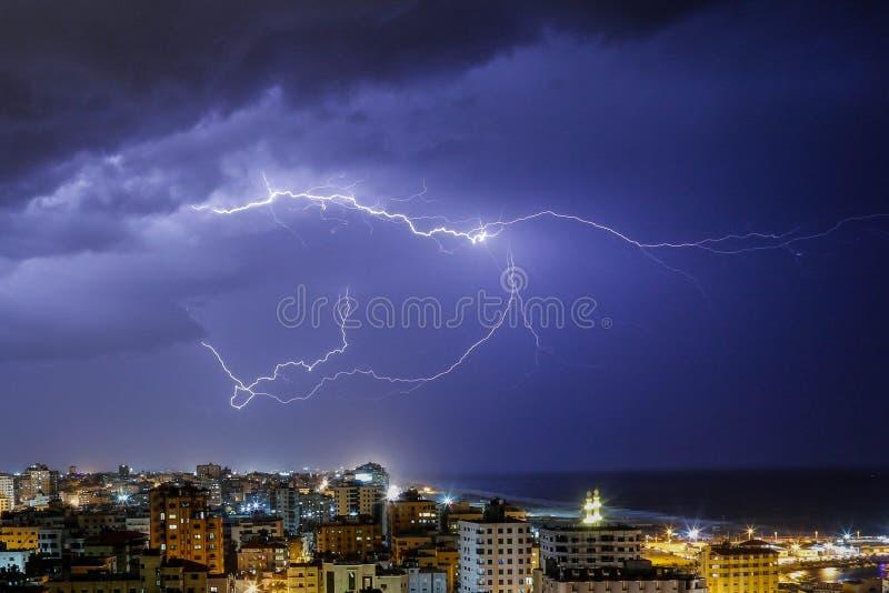 Bliksem in de Stad die van Gaza wordt gezien stock afbeelding