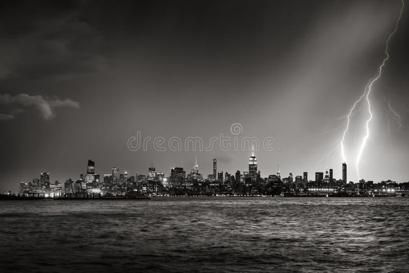 Bliksem die de Stadswolkenkrabber slaan van New York bij schemeringzwarte & Wit stock foto