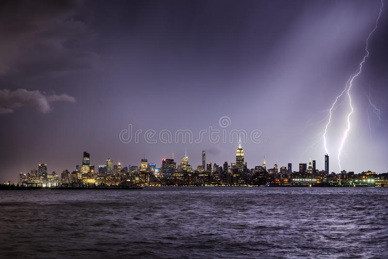 Bliksem die een de Stadswolkenkrabber raken van New York bij schemering royalty-vrije stock foto's
