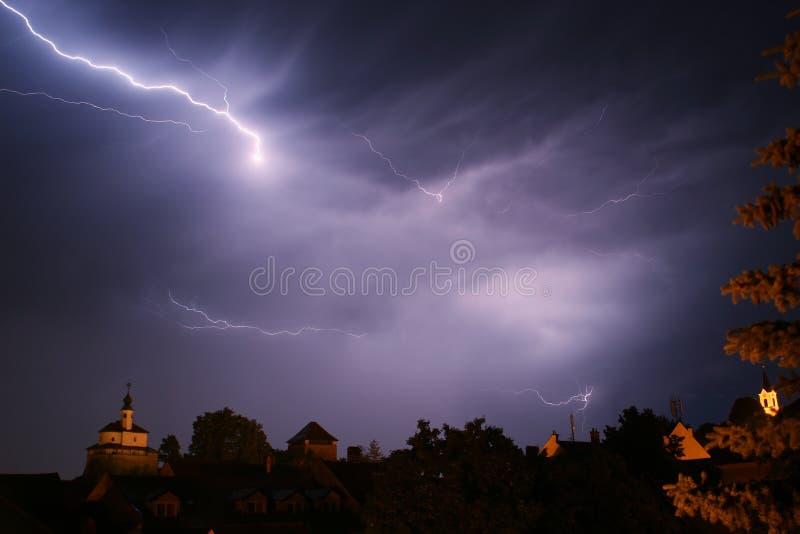 Bliksem in een onweer in oude medival stad met kasteel en een kapel (Kamnik, Slovenië) stock foto