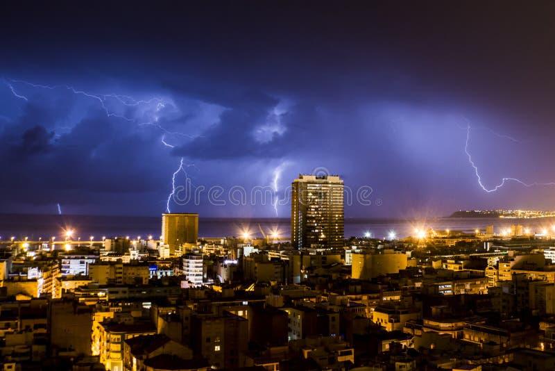 Bliksem en donder tijdens een onweersbui, één nacht in Alicante stock fotografie