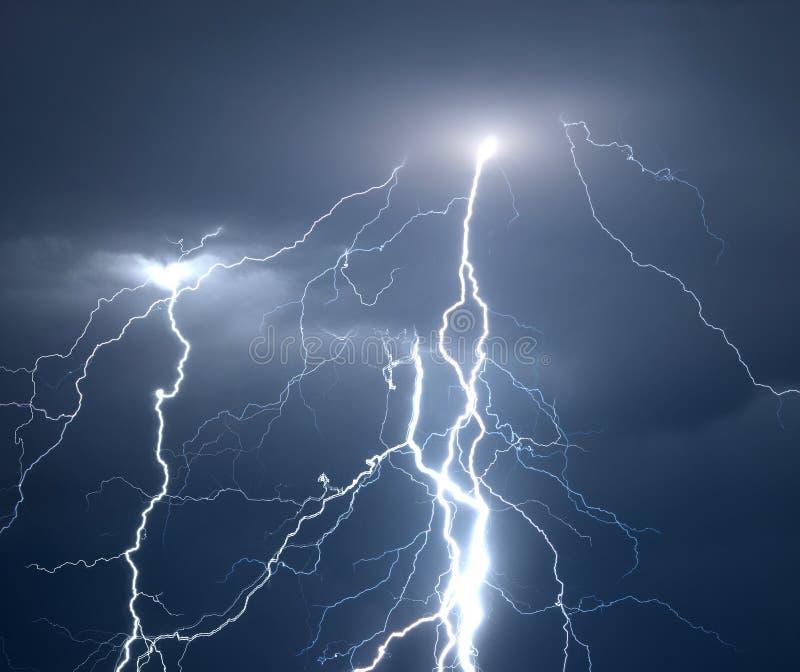 Bliksem en donder tijdens zwaar de zomeronweer stock afbeeldingen