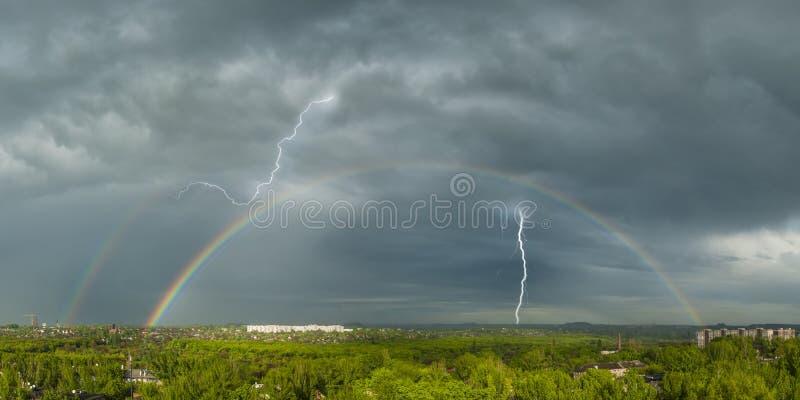 Bliksem en een regenboog stock foto's