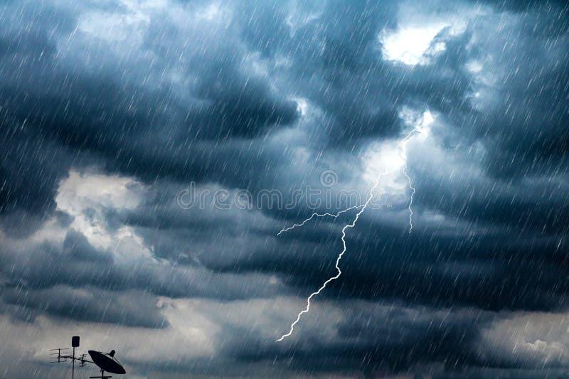 Bliksem en onweersbuiflits met regenende achtergrond Slecht weer en bewolkt probleem met lucht of satellietsignaal royalty-vrije stock fotografie