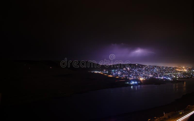 Bliksem met dramatische wolken Nachtonweersbui over de berg en het meer in Baku, Azerbeidzjan stock foto