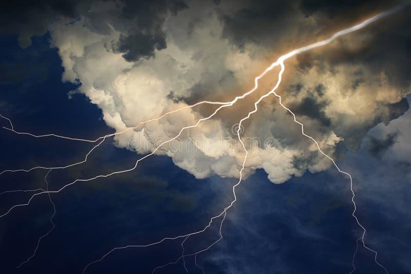 Bliksem op wolkenhemel. royalty-vrije illustratie
