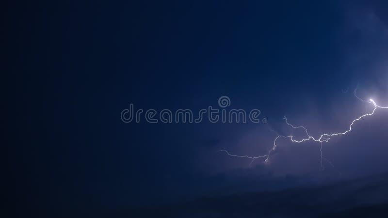 Bliksem over blauw stock afbeeldingen