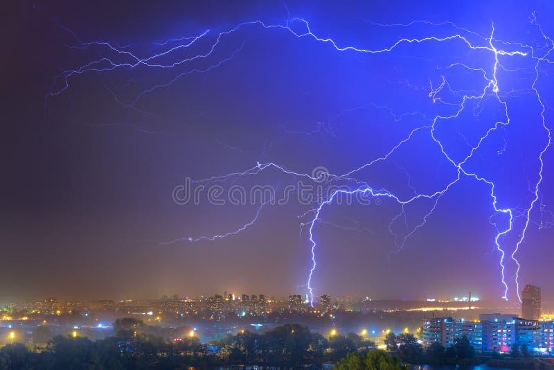 Bliksem over de stad bij het de zomeronweer Dramatisch, breathtak royalty-vrije stock fotografie
