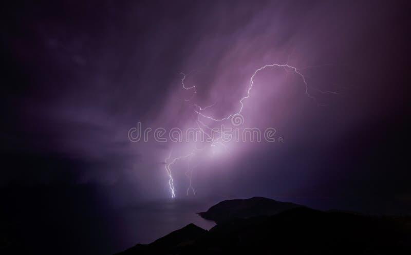 Bliksem over Middellandse Zee bij nacht stock foto