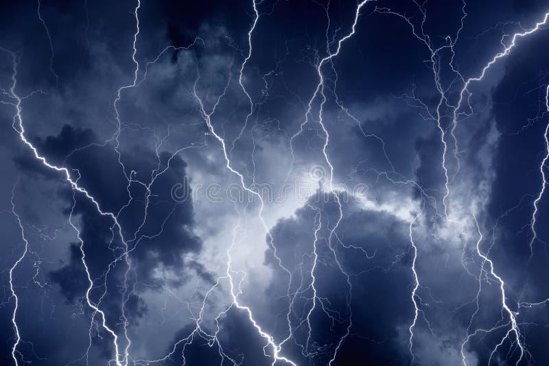 Bliksem in stormachtige hemel royalty-vrije stock afbeeldingen