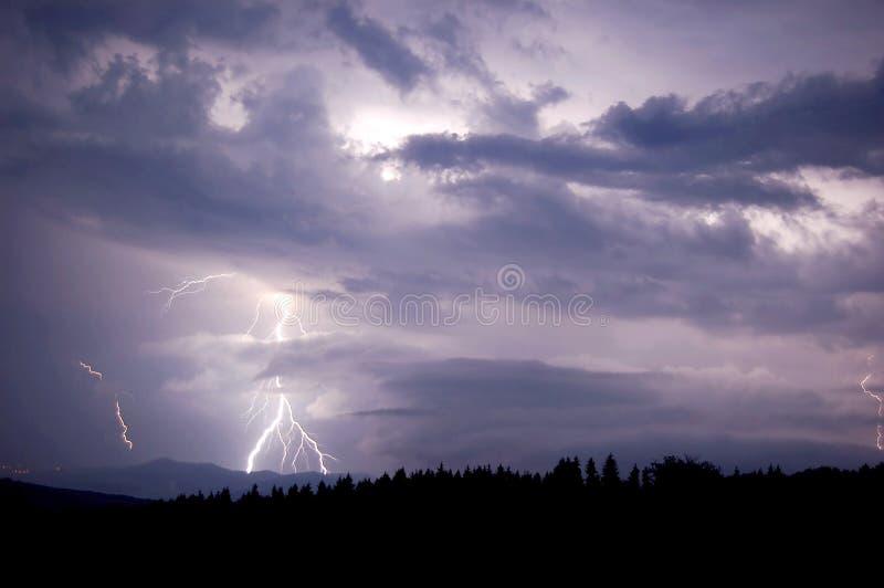 Bliksem tussen de wolken stock fotografie