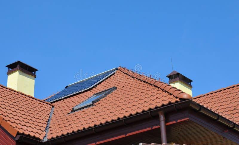 Bliksemafleider op dak De systemen van de de bliksembescherming van het huisdak met zolderdakraam en zonnewaterverwarmer royalty-vrije stock fotografie