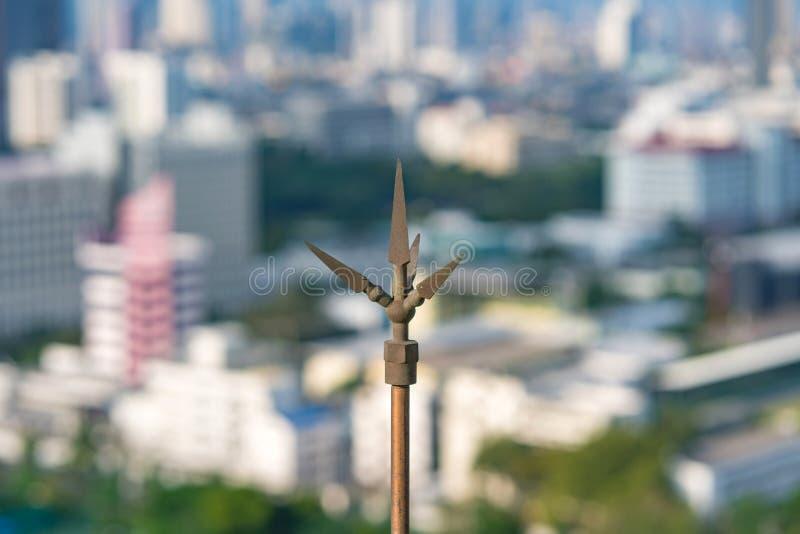 Bliksemafleider of bliksemafleider op het dak van de bouw voor beschermingshoogspanning van donder royalty-vrije stock afbeeldingen