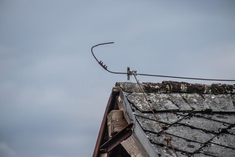 Bliksemafleider op het dak van een oud huis royalty-vrije stock foto