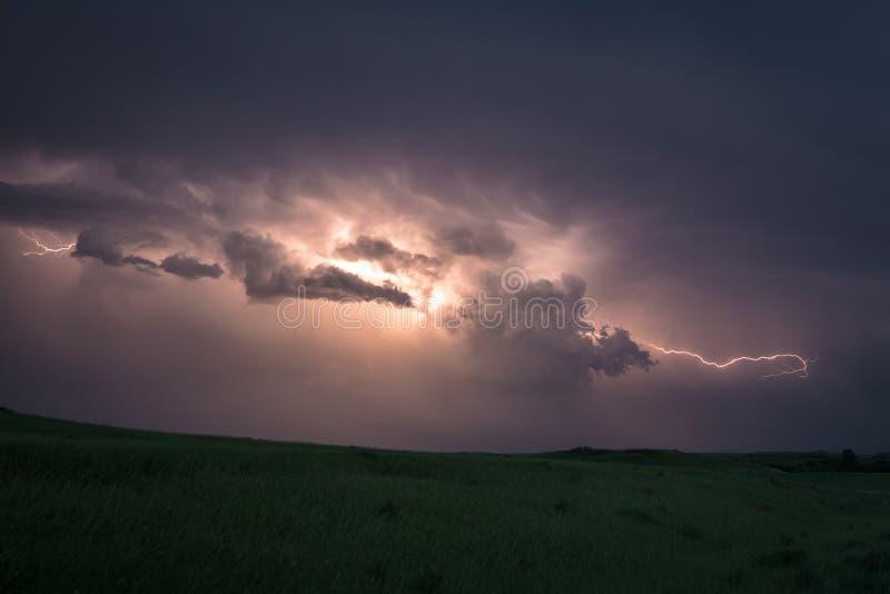 Bliksemflitsen van wolk aan wolk in een supercellonweersbui over de vlaktes van Noord-Dakota stock foto's