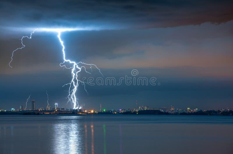 Blikseminslag bij storm stock foto