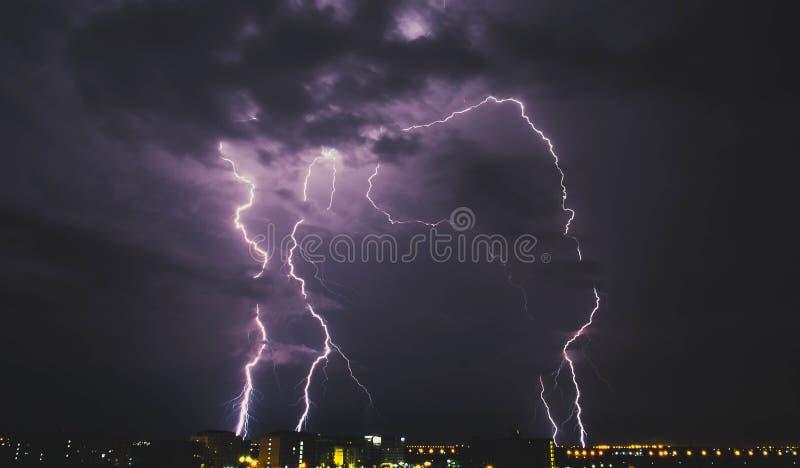 Bliksemonweer over plattelandsstad bij nacht in Thailand royalty-vrije stock foto's