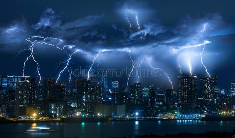Bliksemonweer over stad in blauw licht royalty-vrije stock foto's