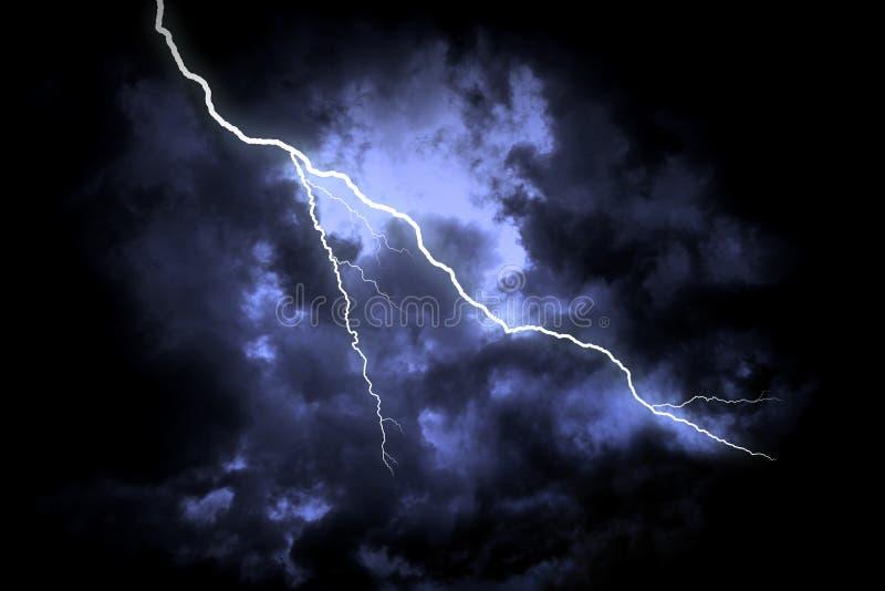 Bliksemstaking op de donkere bewolkte hemel royalty-vrije stock afbeelding