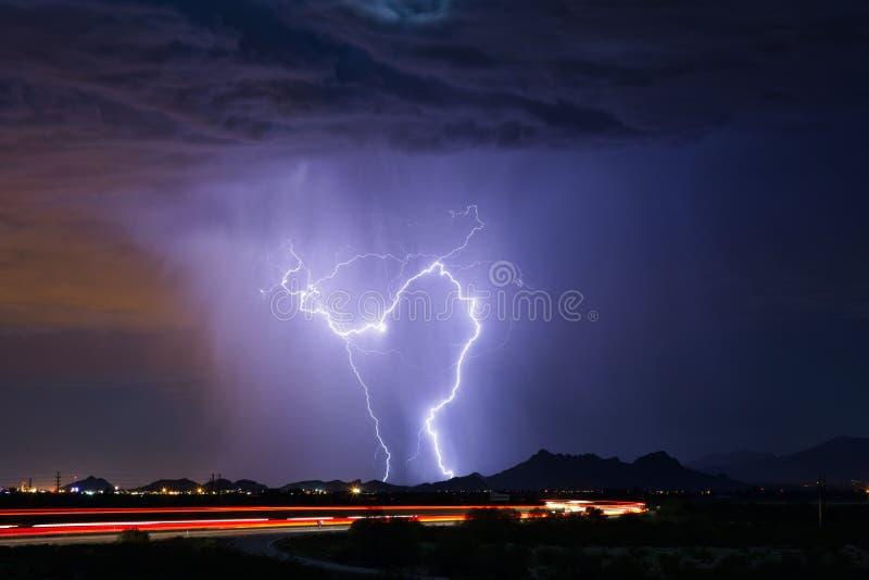 Bliksemstakingen tijdens een onweersbui in Tucson, Arizona royalty-vrije stock afbeelding