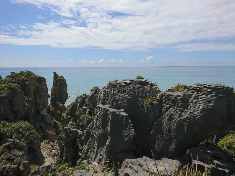 Blin skała nad Panakaiki seacoast linią horyzontu zdjęcia stock
