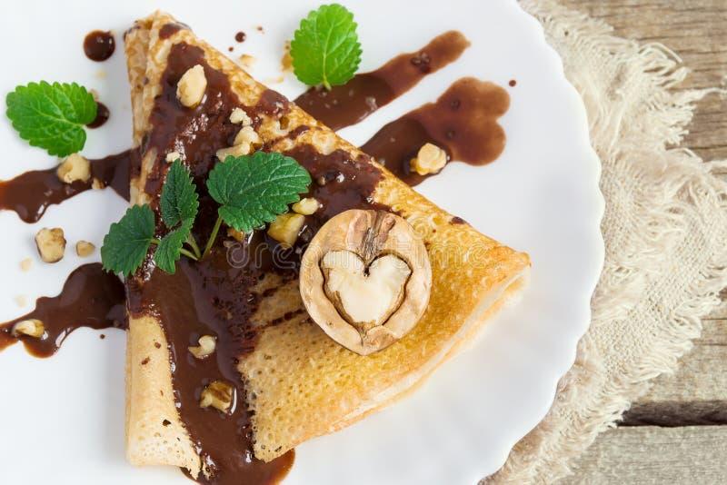 Blin z czekoladą i dokrętkami w postaci serca Deser zdjęcia stock
